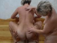 Любительский секс в сауне мамы с подругой и сыном