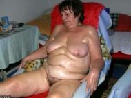 Жирная медсестра мастурбирует старухе