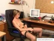 Секретарша мастурбирует свою киску в кабинете