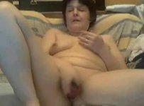 Старая извращенка мастурбирует в видео чате