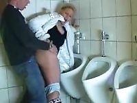 Зрелую соску ебут в туалете