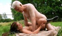 Дед ебет внучку на природе