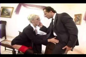 Блондинку секретаршу трахают в чулках и подвязками