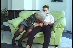 Пышногрудая бабушка сильно захотела внука