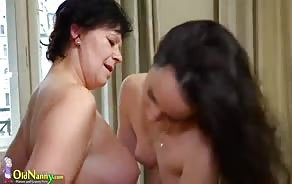 Старая и юная лесбиянки