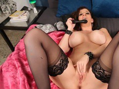Грудастая бабенка мастурбирует киску секс игрушками