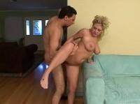 Зрелая баб трахается с матерым ухажером