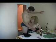 Сын трахнул маму на кухне под водочку