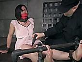 Старый извращенец стимулирует клитор связанной девушке