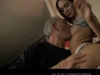Старый извращенец трахается с симпотной школьницей
