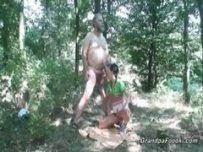 Племянница сосет дяде в лесу